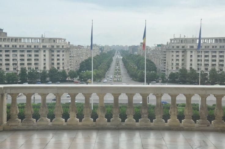 Vi havde egentlig ikke de store forventninger til Bukarest og det eneste vi ligesom forbandt Rumænien med var et undertrykt folk, en flok sigøjnere og henrettelsen af Nicolae Ceauşescu – ja og så hende den lille gymnastikpige, der stadig er hele landets darling!Efter to dage på gåben gennem byen tegner der sig et meget kontrastfyldt billede. Kilometer lange boulevarder med …