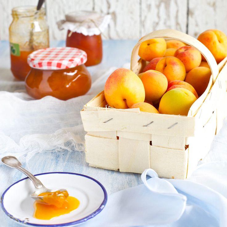 Découvrez la recette Confiture d'abricots aux amandes sur cuisineactuelle.fr.
