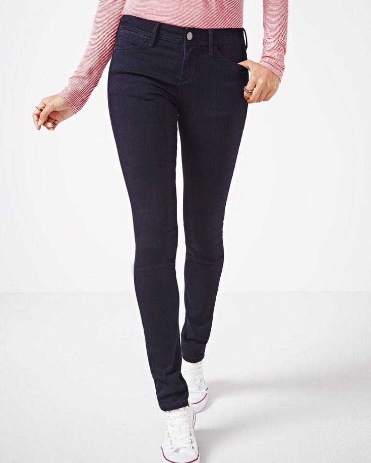 Ce jean foncé de coupe étroite va très bien avec un soulier plat ! Son style décontracté et sa couleur polyvalente en font un jean de choix, saison après saison.<br /><br />- Coupe très ajustée au niveau de la hanche et de la cuisse<br />- Taille mi-basse<br />- Détails de denim classique<br />