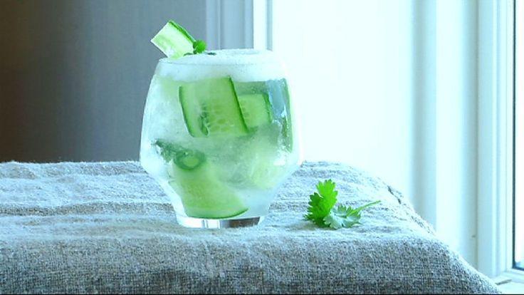 Kokken Ørjan Johannessen bruker limeskum når han lager gin & tonic.