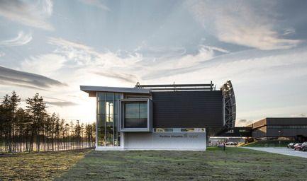 Pavillon universitaire Alouette - UQAC - BGLA  Crédit photo : Optik 360°  #Bois #Architecture #BGLA #aluminium #laboratoire #école #université #design #québec #canada #panneau #solaire