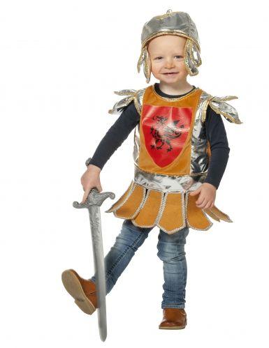 """Costume da cavaliere per bebé: Carnevale storico anche per i più piccini? eccovi accontentati con una proposta carinissima: un vestito da cavaliere medievale per i più piccoli, con tanto di stemma in petto e """"elmo""""!"""