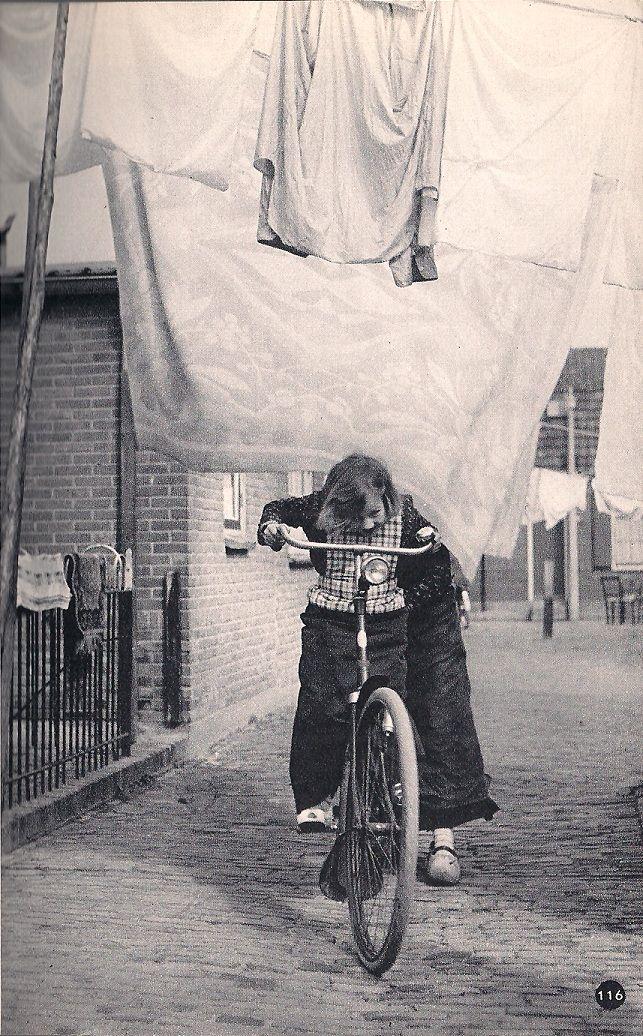 Mijn favoriet uit het boekje 'Nederland' van Kees Scherer, uit 1960.  p 108 Wasdag   Bunschoten-Spakenburg