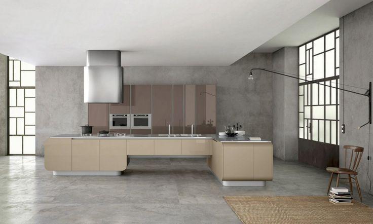 Kuchyně NUMEROUNO okouzlí fanoušky nábytku s oblými tvary. Tyto kuchyně s téměř futuristickým designem mají zaoblené profily na spodních i nástěnných skříňkách a jsou navrženy velmi sofistikovaně: spojují v sobě jedinečný design, krásu a funkčnost. Spodní skříňky jsou vysoké až 132 cm a jsou navrženy s organizéry ve výsuvných systémech, díky čemuž zaoblený design nelimituje jejich objem. Dvířka na skříňkách jsou tlusté 2 cm a vyrábějí se s úchytkami nebo úchytovými lištami.
