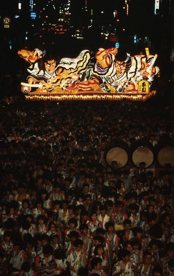 ねぶた祭りnebuta 青森ねぶた祭は、日本各地の祭りの中でも屈指の大きな祭典に発展しました。 享保年間(1716年~1735年)の頃に、油川町付近で弘前のねぷた祭を真似て灯籠を持ち歩き踊った記録があります