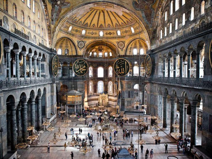 Vue de l'intérieur de la basilique de Sainte-Sophie à Istanbul, en Turquie.