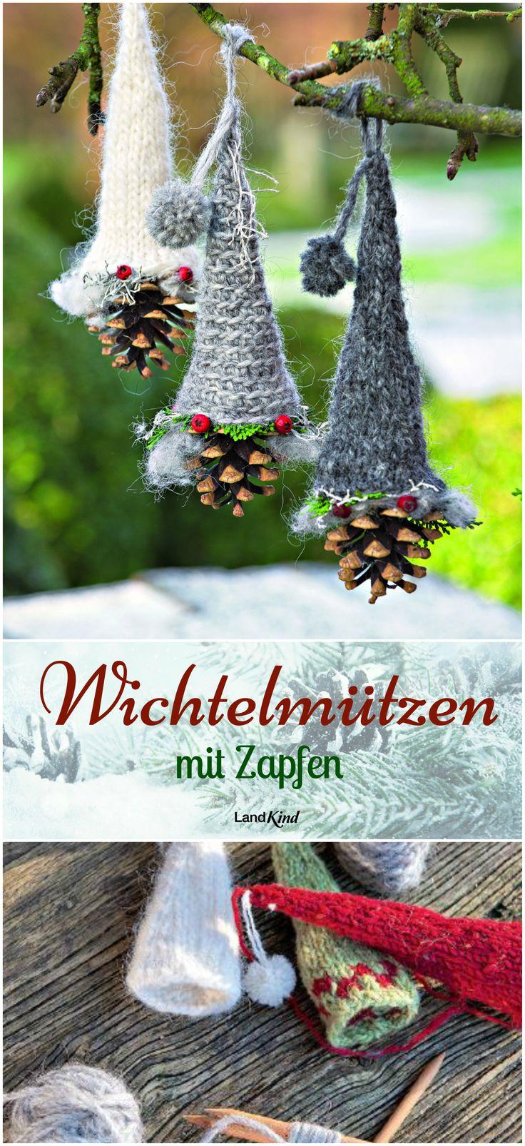 Was tun mit den vielen Zapfen, die die Kinder nach Hause bringen? Ganz einfach: an den Weihnachtsbaum hängen! Mit Strickmützen, Geweih oder anderem Schmuck sehen sie richtig niedlich aus. +++ Die Strickanleitung für die süßen Zipfelmützen gibt's im LandKind-Magazin +++