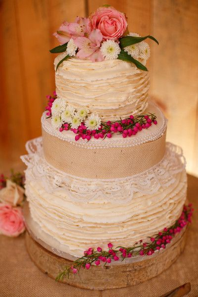 Pièce montée 2017  Un gâteau de mariage #rustic à trois niveaux décoré de mini perles dentelle toile de jute flux