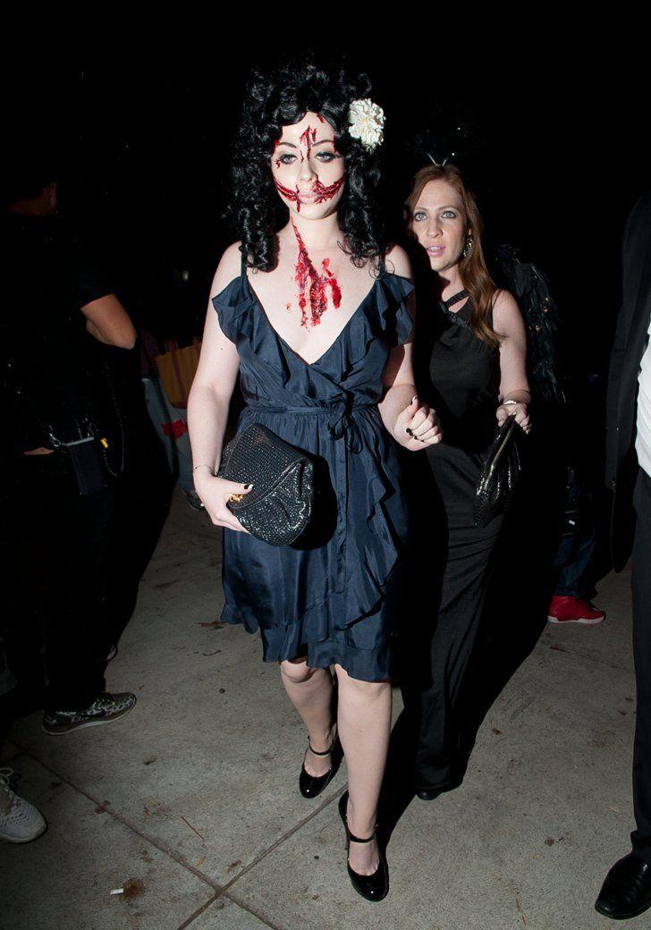Pin for Later: Toujours Pas de Costume Pour Halloween? Ces Célébrités Vont Vous Donner des Idées Michelle Trachtenberg Déguisée En Zombie (On Suppose)