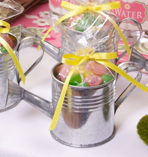mini watering can favors ( Great for April Shower's bring May Flowers )...Love it!  Gotta make these ;-)