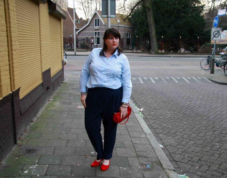 Adia, grote maten, blauwe chino, lichtblauwe blouse