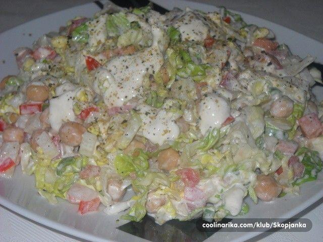 Míchaný zeleninový salát se zakysanou smetanou