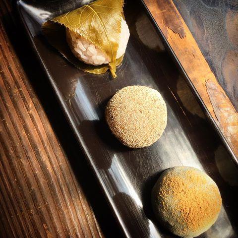 わがし屋 よだもち餅米を蒸した「桜餅」  餅米を練った「芥子餅」  餅米を搗いた「草餅」