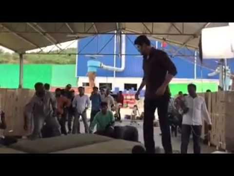 శ్రీమంతుడు  సినిమాలో మహేష్ బాబు  రియల్ స్టంట్ చేసిన ఫైట్ సీన్ లీక్ మీరే చూడండి వీడియో . మహేష్ ఎలాంటి సాహసం  చేసారో http://telugulocalnews.com/recent/mahesh-babu-srimanthudu-movie-fight-scene-leaked-video/