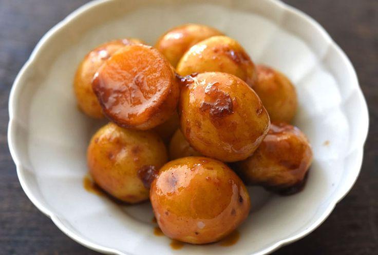 いちばん丁寧な和食レシピサイト、白ごはん.comの「新じゃがの煮物の作り方」を紹介するレシピページです。煮汁の調味料を鍋に合わせて小ぶりな新じゃがいもを加え、汁がなくなるまで煮るというシンプルレシピ。皮にからむ甘辛い味に、中はほっこりした芋の味わい。写真付きで「新じゃがの煮物」の作り方を詳しく紹介します。