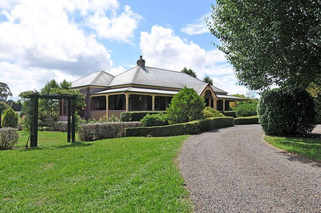 CONFIRMED. Machalebah photograph. Bundanoon near moss vale. Enough rooms 1 couple would have the cottage out back. No pool table unfortunately. There is a tennis court though. The shops are about a 5 minute drive away.