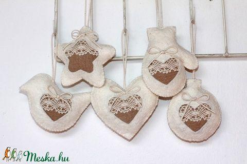 Kézzel készített karácsonyfadísz szett, dekoráció finom csipkével, francia stílusban 5 db  Méretek: akasztó nélkül 6-8 cm