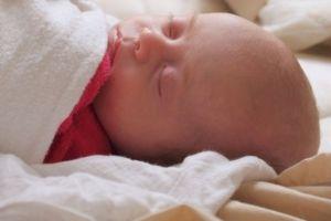 Κίνδυνος αιφνίδιου θανάτου για τα βρέφη που μοιράζονται το κρεβάτι τους