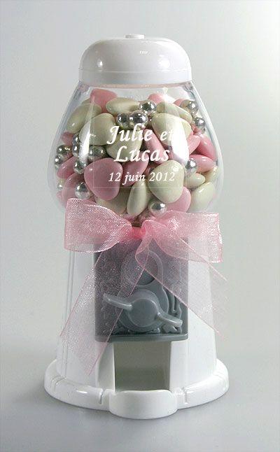 Mini Distributeur à Chewing-Gum Blanc Mariage Blanc - A un prix incroyablement bas, craquez pour cette petite machine distributeur de chewing gum, que vous pouvez remplir de dragées, bonbons, ou sucrerie. Fonctionne vraiment : il suffit de tourner la molette pour obtenir sa friandise. Un cadeau génial à petit prix pour vos invités. http://www.mariage.fr/mini-distributeur-a-chewing-gum-blanc-mariage.html