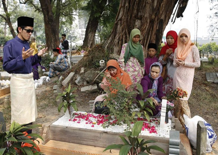Following the morning prayers, Muslims tend to visit the cemetery to remember family members. | 31 Incredible Photos Of Muslims Celebrating Eid Al-Fitr Around The World