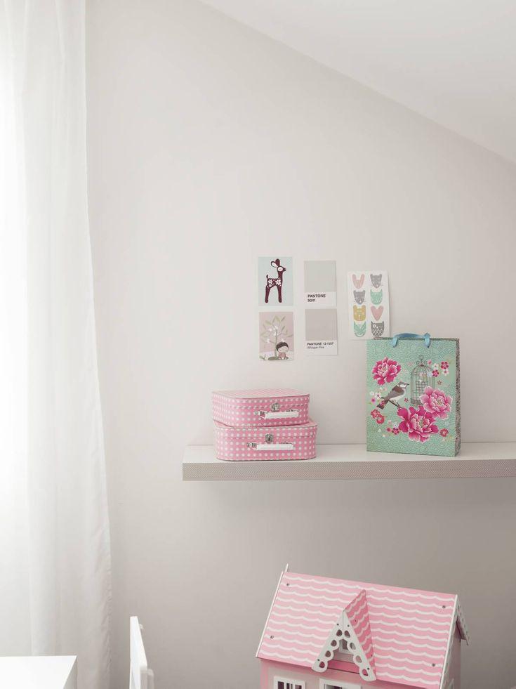 Tyttöjen huoneessa on pastellisen suloinen ilme. Matkalaukut Gaudete Kids, lahjakassi Tiimarista ja kortit Oulun Kestan taideliikkeestä.