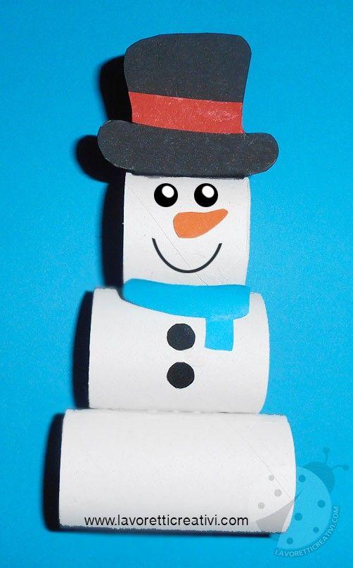 Pupazzo di neve con rotoli di cartone della carta igienica