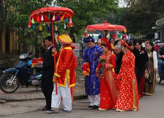 comparing the customs of vietnamese wedding Marriage has a vital role in vietnamese culture  now, this has changed in modern vietnam single girls and boys can meet each other before the wedding and arrange marriage by themselves parental permission is not as important as in the past  understanding of vietnamese culture.
