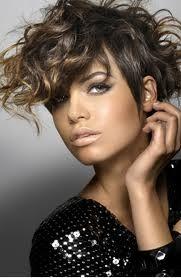 Si tienes el pelo rizado, dejar de tratar de hacer que se vean directamente. Eres hermosa de la manera que eres.  Sólo tiene que utilizar a...