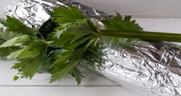 Ενας έξυπνος τρόπος για να μείνει το σέλινο φρέσκο είναι να το βάλετε στο συρτάρι του ψυγείου, τυλιγμένο με αλουμινόχαρτο. Ετσι θα διατηρηθεί για 2 εβδομάδες.