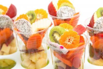 Este artículo recoge una serie de tentempiés saludables para distintas situaciones: en casa, en la oficina, de compras o en la playa... cinco comidas al día.