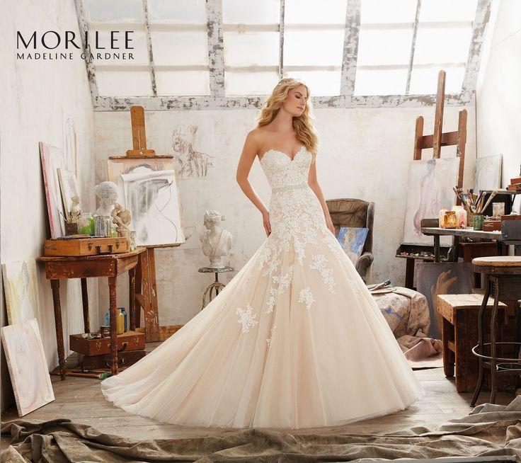 Piękna, koronkowa suknia ślubna Mori Lee z dekoltem kształcie serca i błyszczącym tiulem. Świetnie podkreśla piersi, oraz ujmuje centymetry w …
