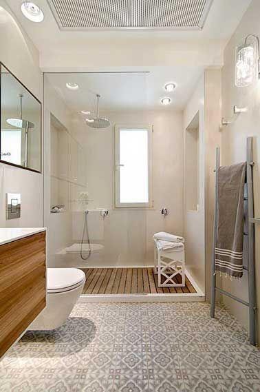 Carreaux de ciment sur le sol d'une salle de bain blanche