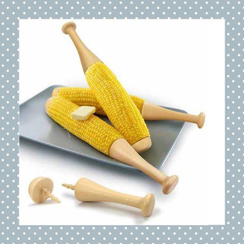 Hartstikke grappig én handig: een honkbalknuppel om je maiskolf vast te houden! Handig dat de kinderen zo hun vingers niet kunnen bezeren! http://dekinderkookshop.nl/product/honkbal-maiskolfhouder/