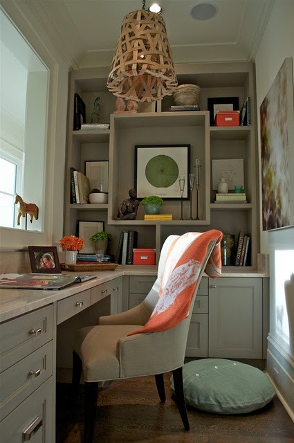 the colors make this a calm room, even though there is a lot going on.