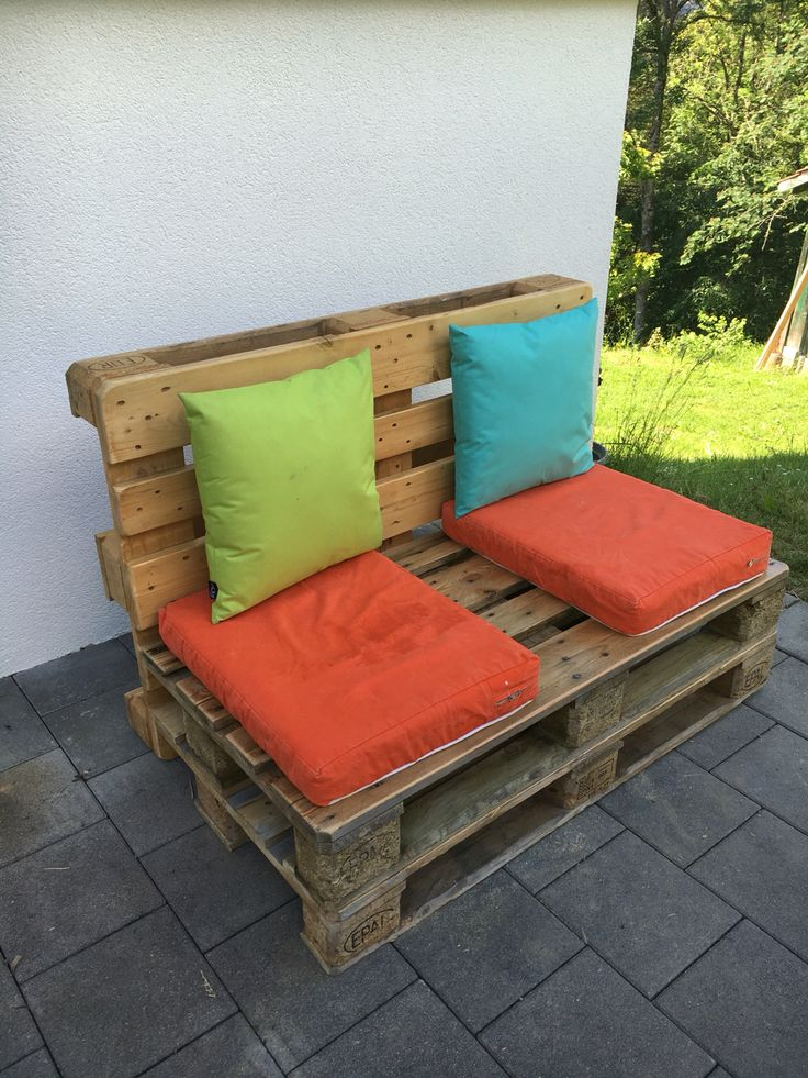 3 palettes, quelques heures de ponçage, un peu de scie, du vernis et quelques vis... Un petit canapé sympa pour le jardin!
