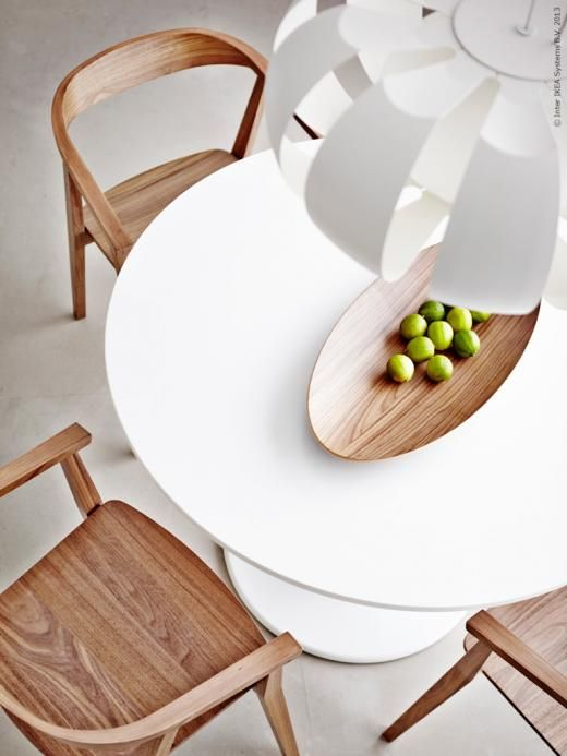 DOCKSTA matbord har fått sällskap av STOCKHOLM stolar i len valnötsfanér.