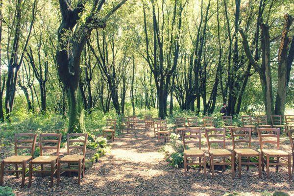 rustic ceremony in the woods http://weddingwonderland.it/2015/05/cerimonia-all-aperto.html