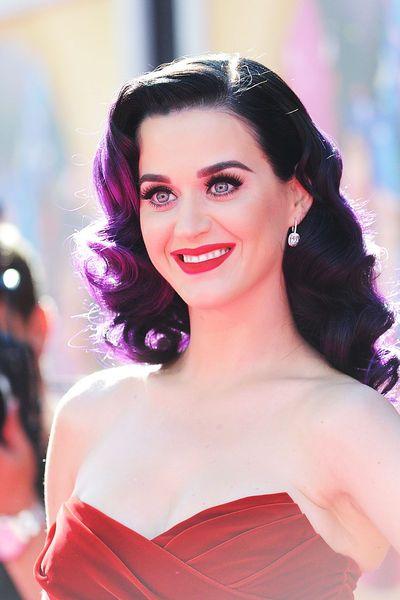 Katy Perry putzt sich bis zu 6 Mal täglich die #Zähne. Warum? Weil sie aufgrund mangelnder Mundhygiene einmal 13 Karies-Stellen behandeln lassen musste.   #zahnpflege #zahnarzt #zahnheilkunde #vorsorge #zahnarzt #zahnmedizin #katyperry #zahnpasta