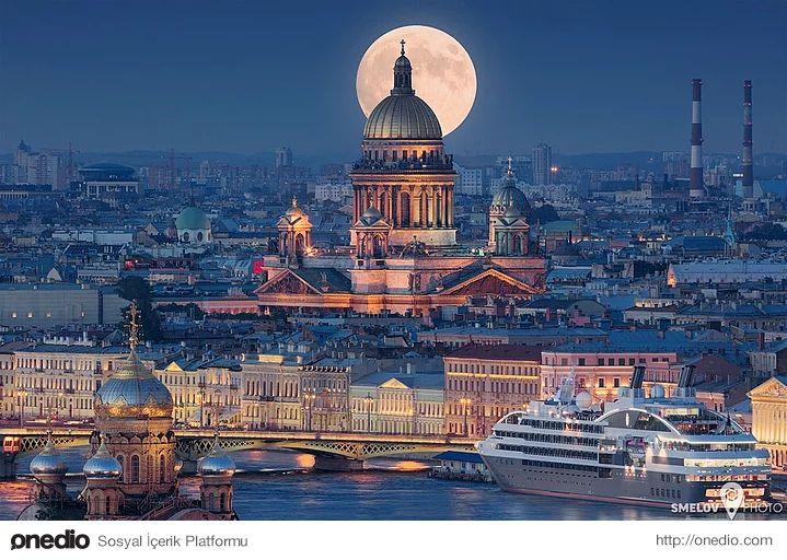Rusya'nın Avrupa'ya açılan kapısı St. Petersburg Sankt-Peterburg, Moskova'nın 715 km kuzeybatısında bulunan, Rusya'nın 2., Avrupa'nın 4. büyük şehridir. Baltık Denizi kıyısında Neva Nehri üzerindeki 42 ada üzerine yayılmıştır. Çar I. Petro tarafından 16 Mayıs 1703'te Rus Çarlığı'nın Avrupa'ya açılan kapısı olması amacıyla kurulan şehir, 200 yıl Rus Çarlığı'nın başkentliğini yapmış