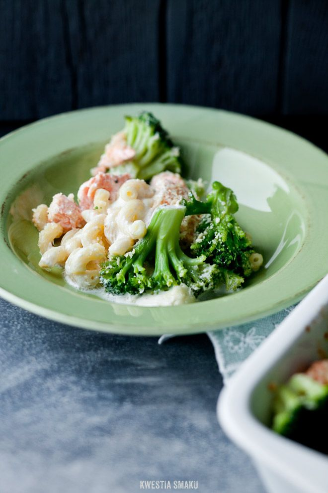 Makaron zapiekany z brokułami i łososiem