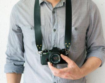 Camera leerriem gemaakt van hoge kwaliteit vintage bruin echt leder. Handstitched met waxed draad dat is sterk en duurzaam.  Perfect cadeau voor een fotograaf, uw vrouw, man, vriendin, vriend, broer of zus :)  BANDJE:  Breedte: 20 mm (circa 0,8 inch)  Lengte (met messing veer haak): S = 90 cm (circa 35 inch), M = 100 cm (circa 39 inch), L = 110 cm (circa 43 inch)  Universele camerariem voor kleine moderne of retro camera (Canon, Nikon, Leica, Panasonic, Fuji, Olympus). Ontworpen voor…