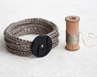 Bracelet trois tours en tricotin de lin avec avec bouton ancien - minimal - naturel