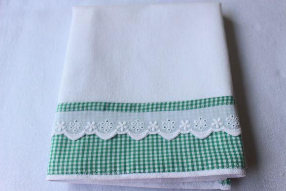 Pano de Prato 100% algodão de saco alvejado, com barradinho xadrez de verde e branco e com bordado inglês. Saco de alta qualidade e durabilidade.