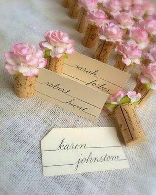 Gente, olha que ideia linda e barata de marcador de mesa! Corte a lateral das rolhas, aplique flores e encaixe o nome do convidado impresso em papel cartão. Simples e de baixo custo! Imagem Pinterest  #festejarcomamor #noivado #bodas #miniwedding #weddingday #weddingideas #casamento #ideiasdecasamento #noivas #decoracaodecasamento #dicasdedecoracao #instadicas #dicasdefestas #guiadefestas #dicasdefesta #partyideas #marcadordelugar #mesadeconvidados