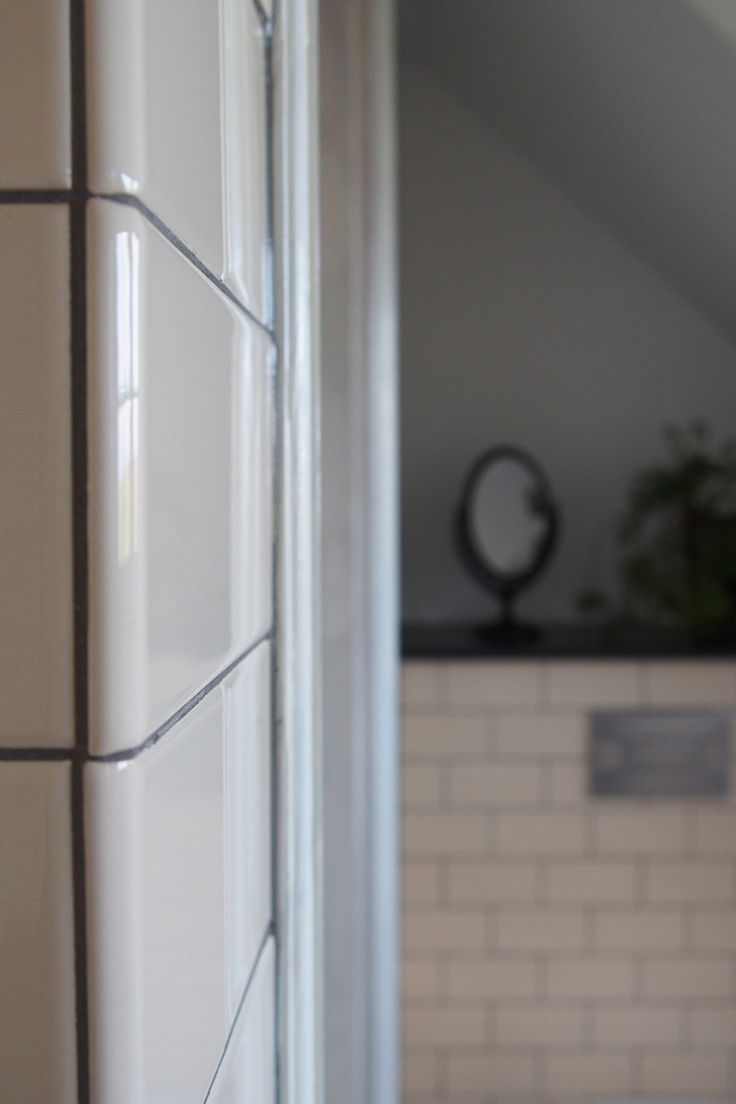 Badrum med cremefärgat subwaykakel i halftilestorlek med mörkgrå fog. I de utårgående hörnen sitter plattor med rundad kant för ett perfekt avslut.
