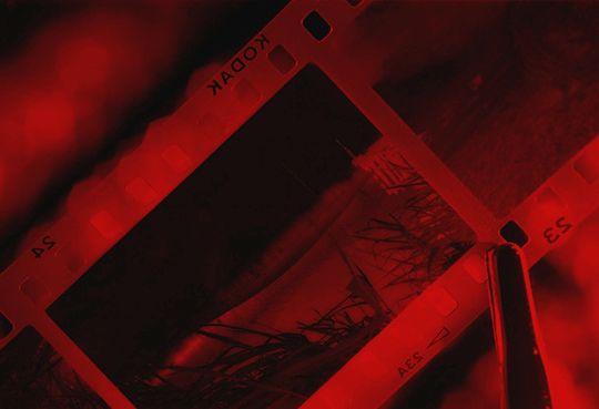 """Quando la fotografia era analogica, stare in una camera oscura era un po' come giocare al """"Piccolo Chimico""""! Tutti noi fotografi abbiamo giocato a lungo e felicemente con la chimica nelle camere oscure! Da questa abbiamo ricavato sogni, viaggi, calde emozioni e feroci delusioni. I minuti diventavano ore, giorni, mesi. …"""
