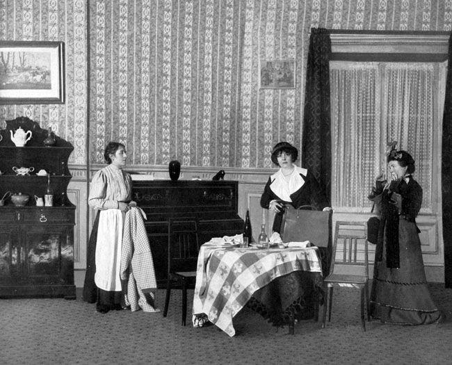 Émilienne d'Alençon (au centre) dans 'Zaza' de Pierre Berton et Jacques Simon. Théâtre Réjane, Paris 1914.