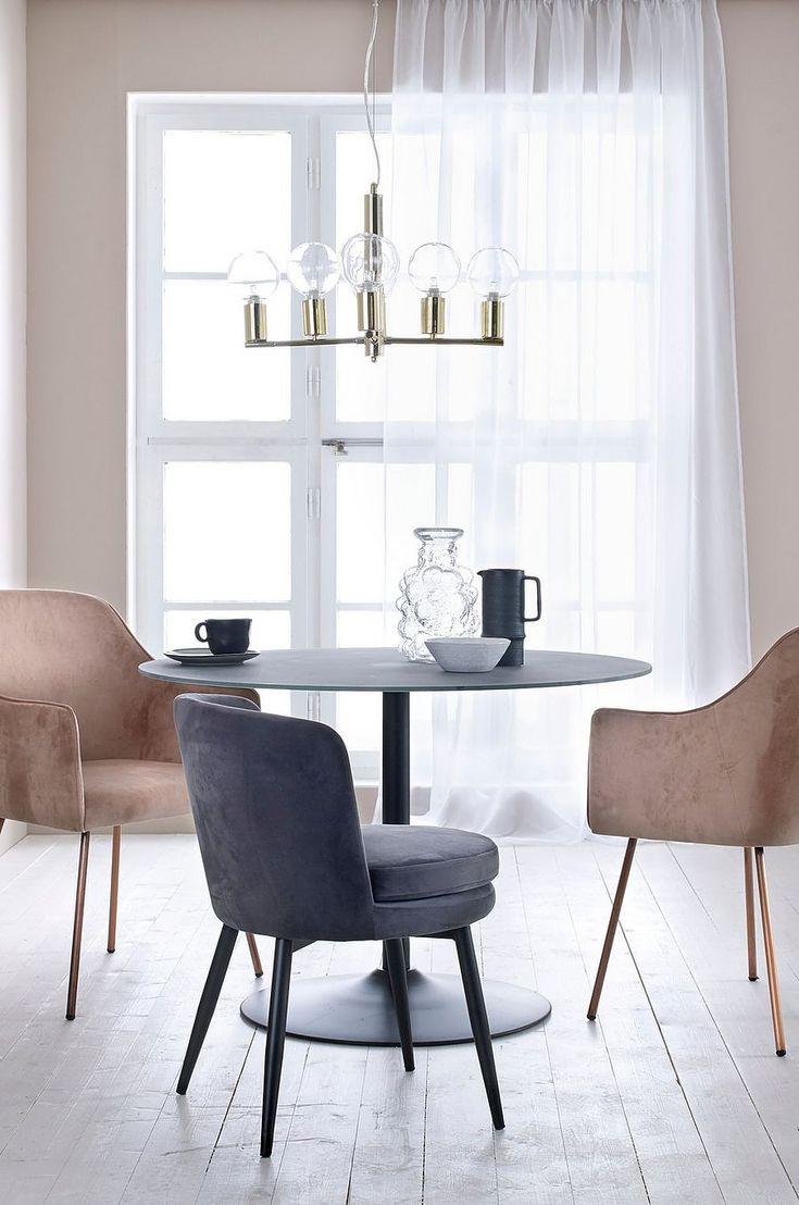 Matbord med trompetformet fot av metall og plate av herdet glass med betongfarget bunn. Mål: Ø 110 cm, høyde 75 cm. Leveres umontert. Vekt 33 kg. Les mer under «Frakt og levering».