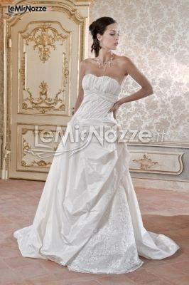 http://www.lemienozze.it/operatori-matrimonio/vestiti_da_sposa/boutique_della_sposa/media/foto/19  Abito da sposa decorato in taffetà