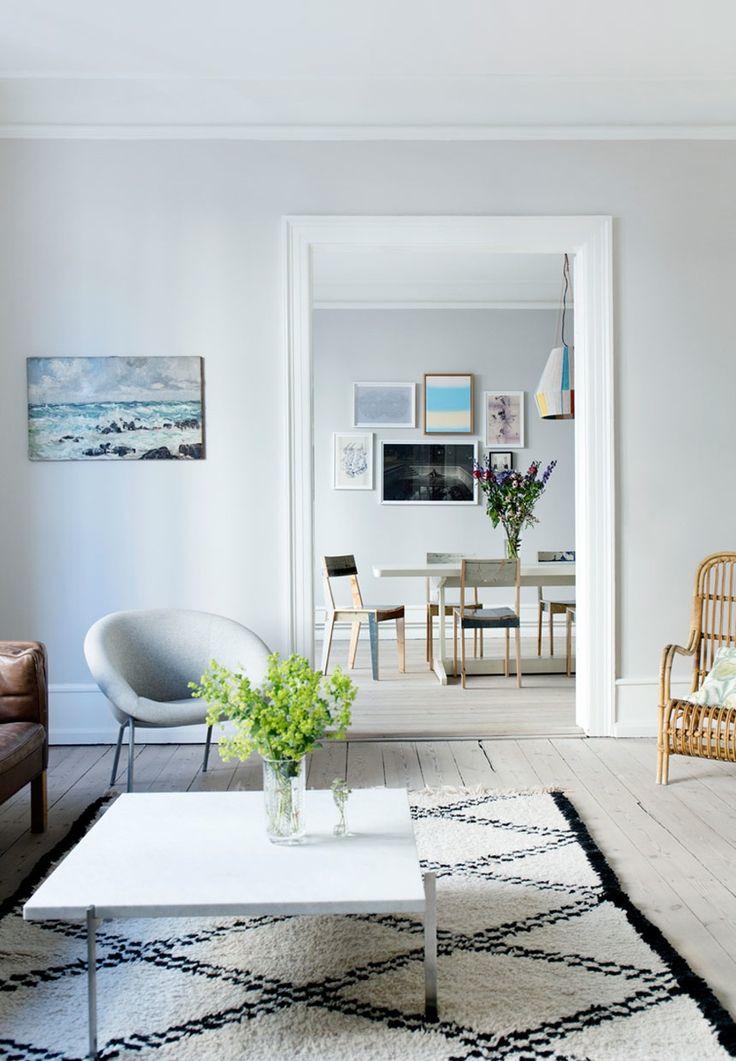 Væggen i stuen er malet i farven skimming stone fra farrow & ball ...